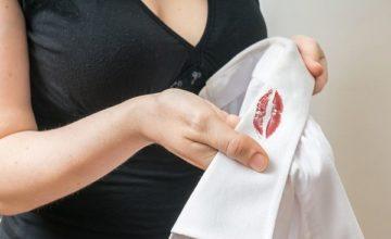 Как легко вывести пятна от помады с одежды