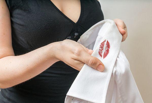пятно от помады на белой рубашке