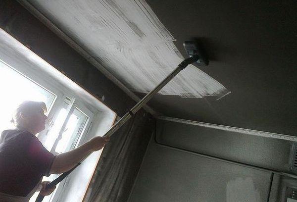 Чистка потолка от сажи