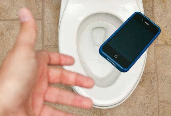 Телефон падающий в унитаз