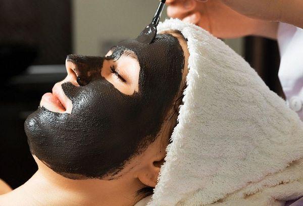 черная маска на лице