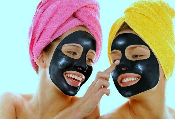 две девушки с черной маской