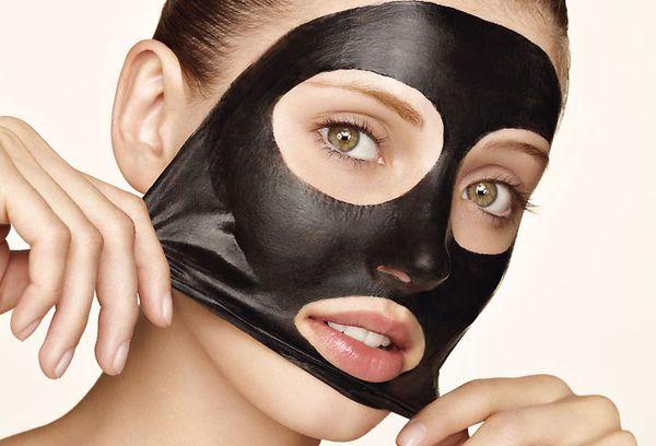 девушка с черной маской