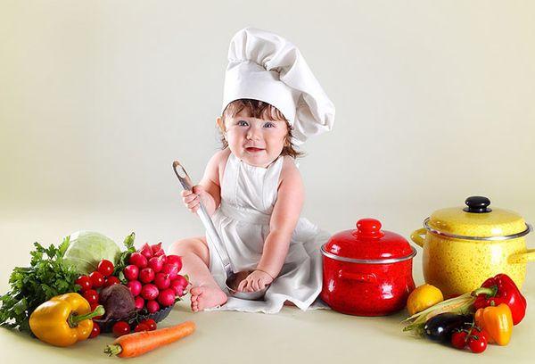 годовалый ребенок в форме повара