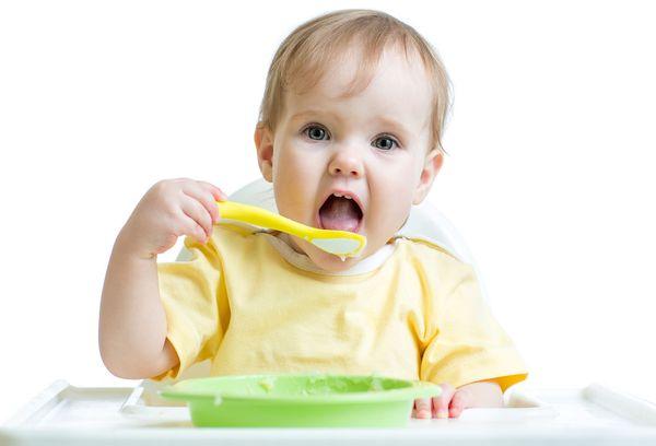 годовалый мальчик ест