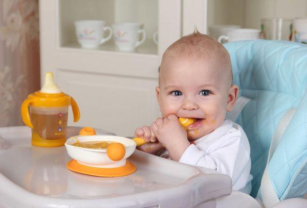 годовалый малыш обедает