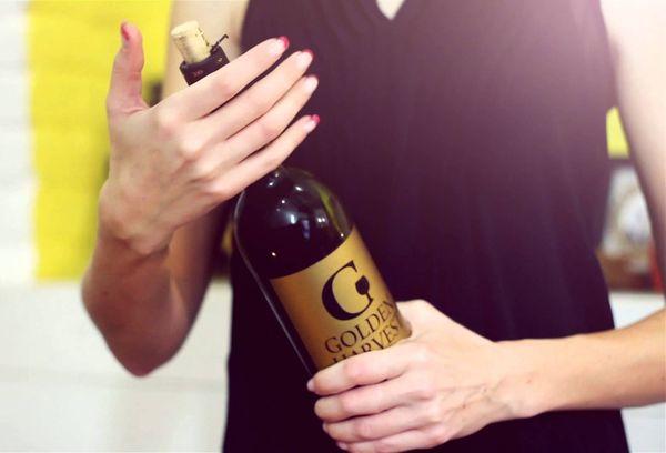 Как открыть бутылку без штопора девушке. Как открыть вино без штопора: методы и способы.
