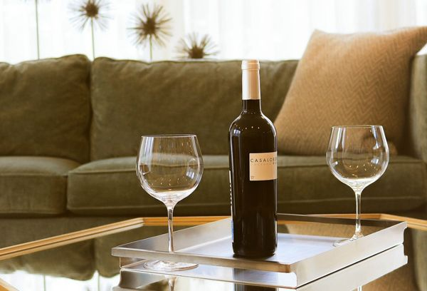 Бутылка с вином и бокалы на столе