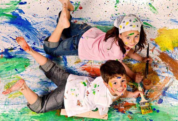 Дети испачканные акварелью