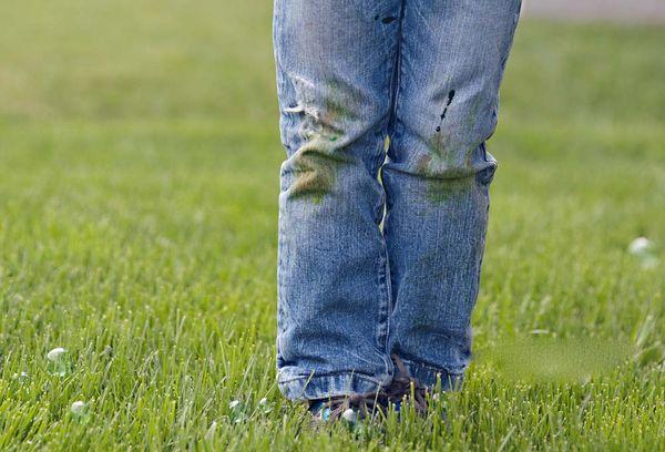 Испачканные штаны травой