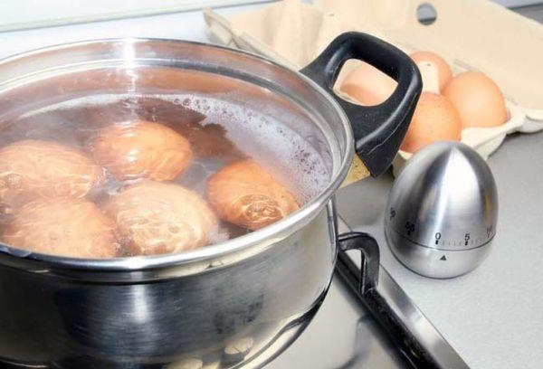 Куриные яйца варятся в кастрюле