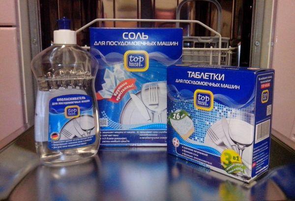Соль на руке для посудомоечной машины