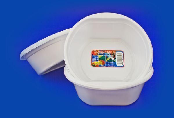 пластиковая посуда с этикеткой
