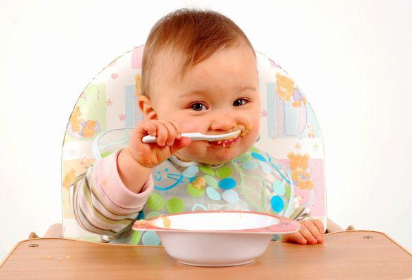 Грудной малыш ест кашу