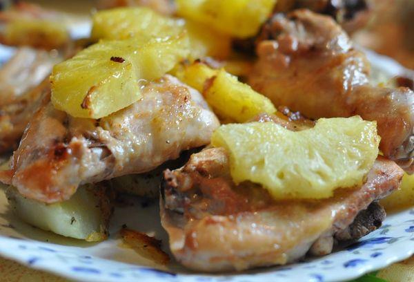 куриные бедра с картофелем и ананасом