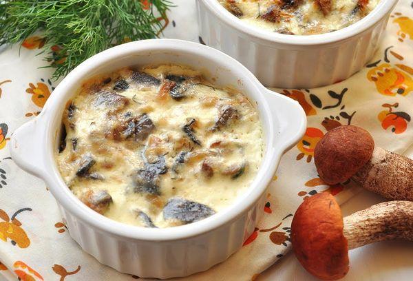 Курица с грибами-шампиньонами и сыром в горшочках