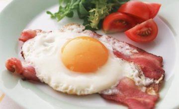 6 вкуснейших рецептов яичницы с беконом