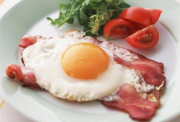 Омлет на завтрак с беконом