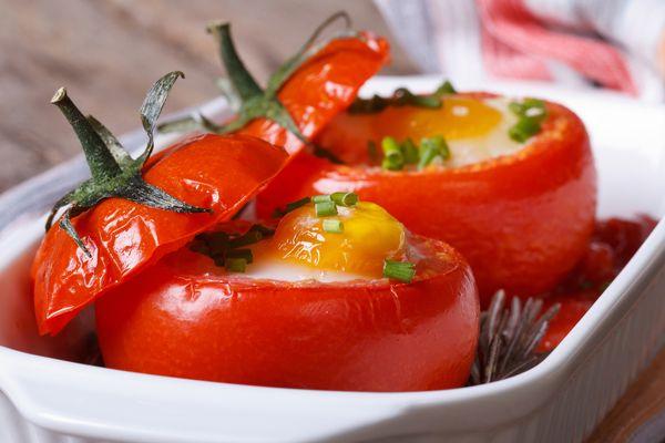 Запеченные яйца в помидоре