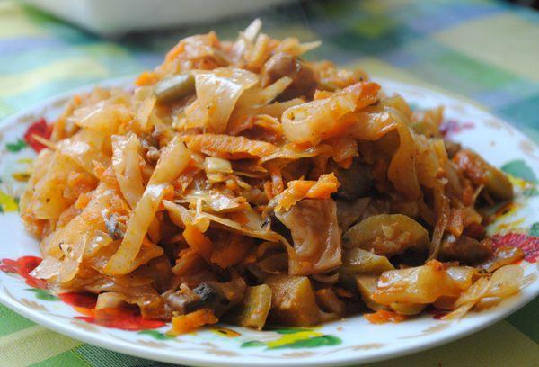 Капуста с овощами и грибами