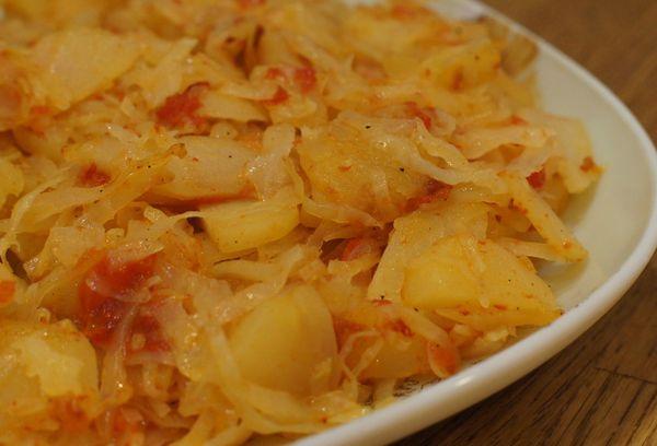 Капуста с овощами и картошкой