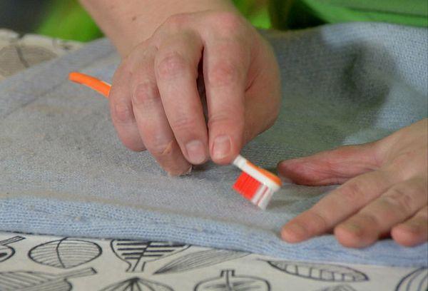 Удаление катышек зубной щеткой