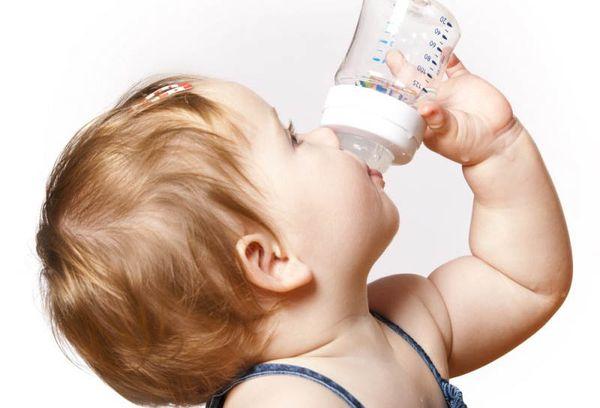 Ребенок пьет из бутылки