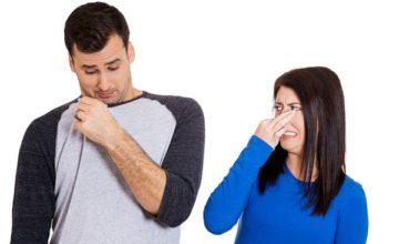 Как убрать запах пота с одежды под мышками?