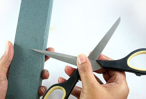 Заточка ножниц на точильном камне