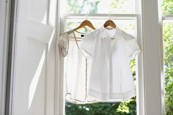 Белые блузки сушатся на окне