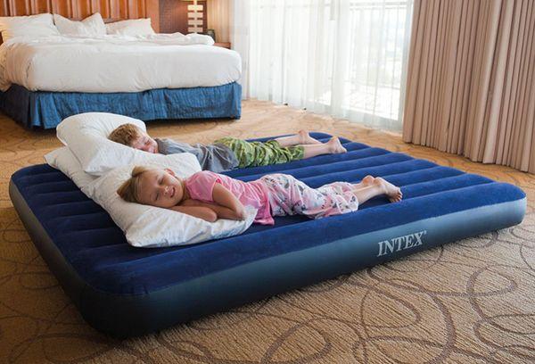 Дети на надувном матрасе