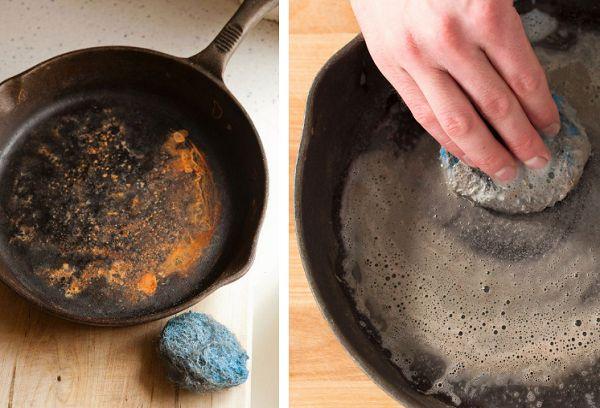 Чистка сковороды солью