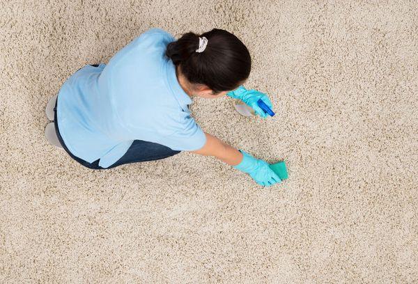 Очищение ковра от пыли