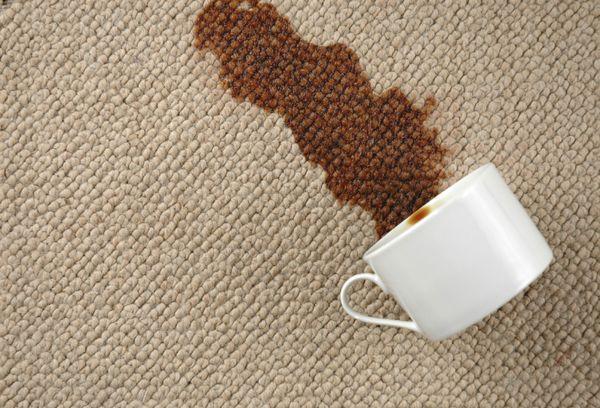Разлитое на паласе кофе