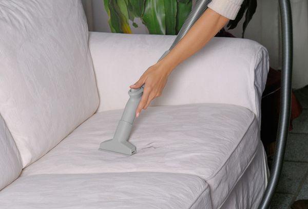 Важные советы о том, как почистить мягкую мебель в домашних условиях