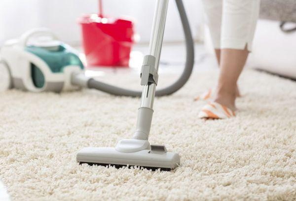 Очищение ковра пылесосом