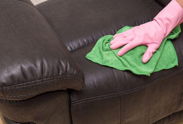Чистка коричневого дивана из кожи