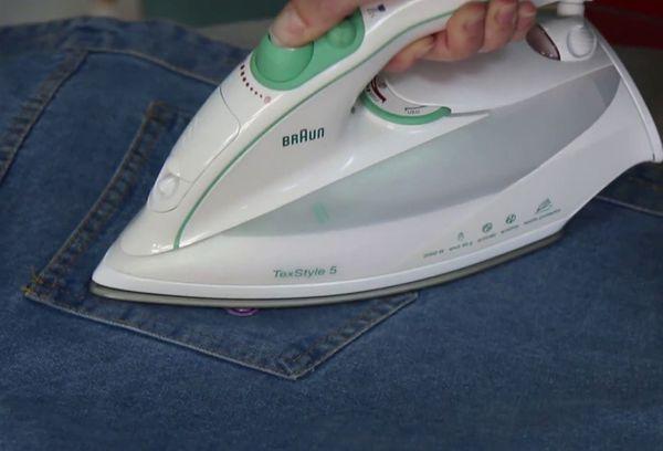Приклеивание наклейки на джинсы
