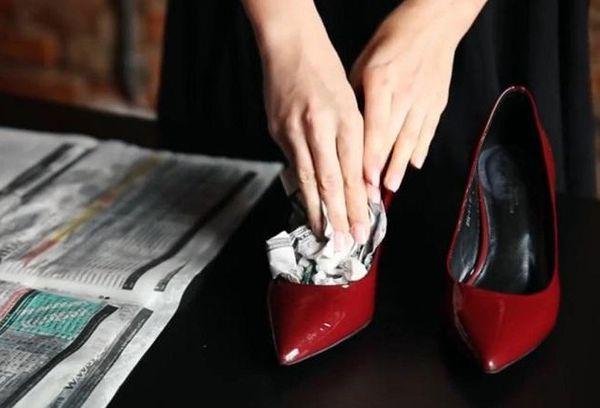 Растягивание туфлей газетой