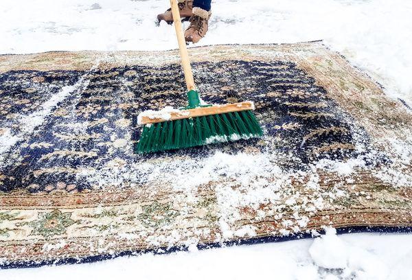 Очищение коврового покрытия снегом