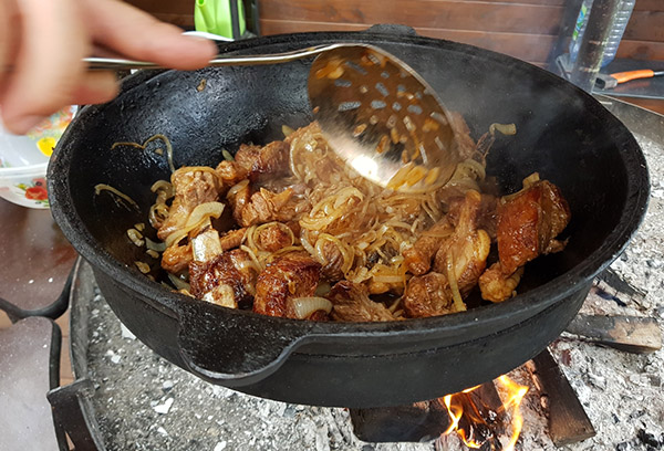 Приготовление мяса в казане на улице