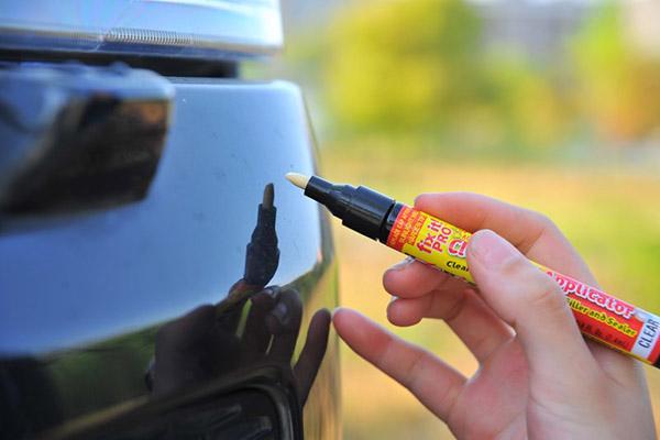 Использование карандаша от царапин на авто