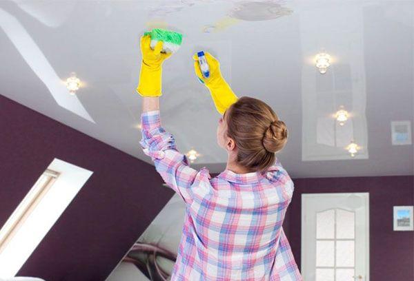 Чистка потолка специальным спреем