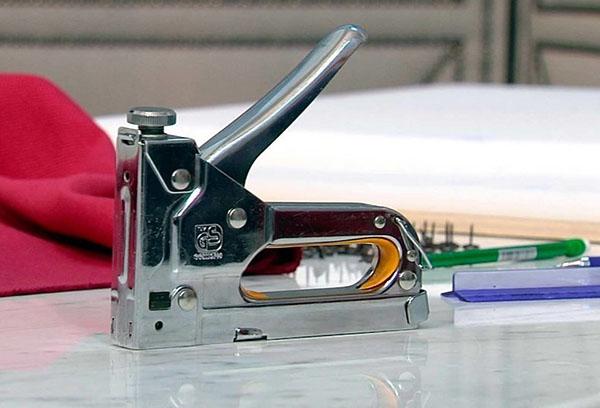 Механический мебельный степлер