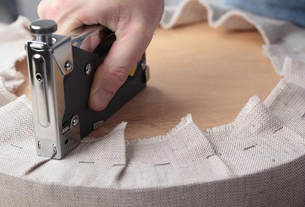 Обивка мебели при помощи степлера