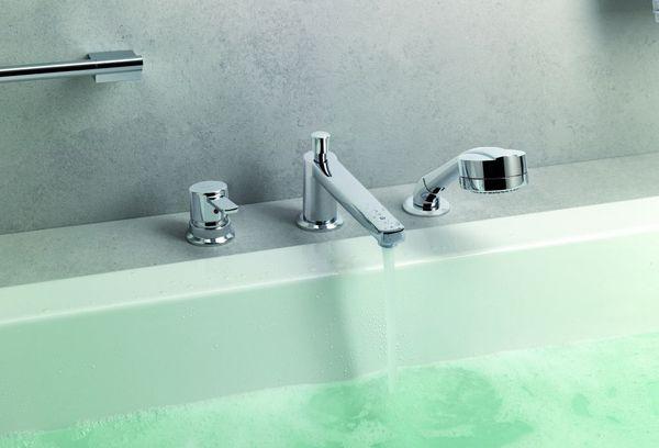 наполненная водой ванна