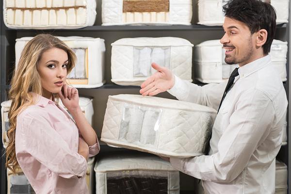 Выбор матраса по образцам в магазине
