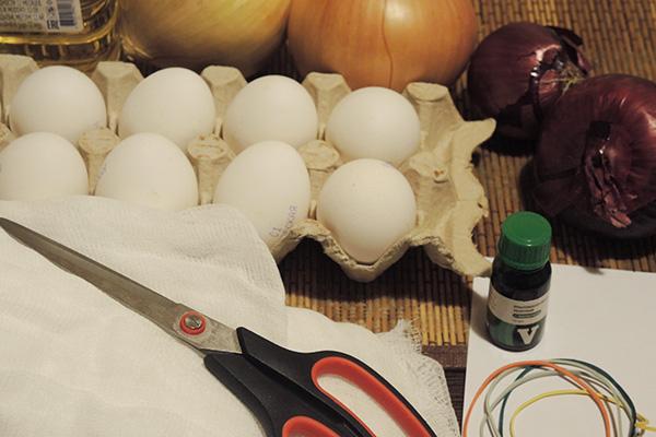 Все необходимое для покраски яиц луковой шелухой и зеленкой