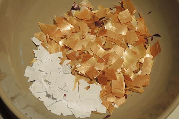 Мелко нарезанные луковая шелуха и бумага