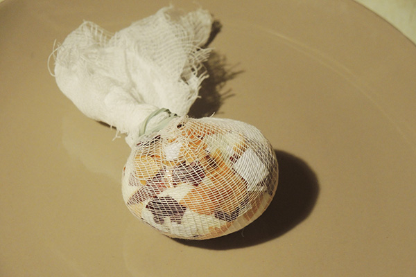 Яйцо в марлевом мешочке перед покраской